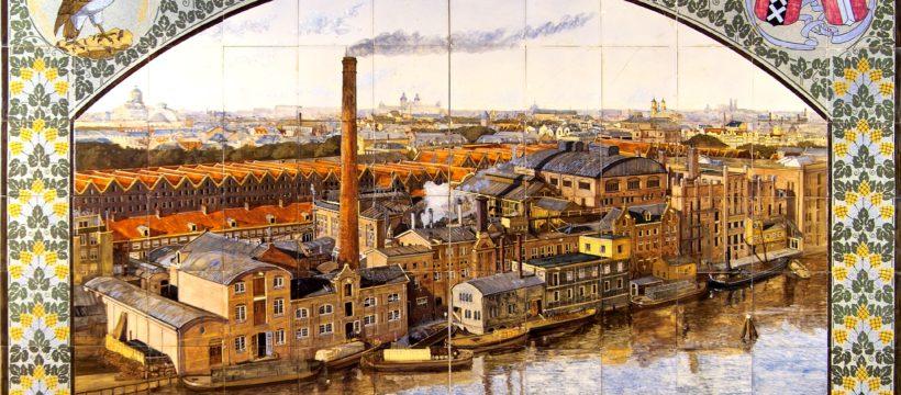 Tableau van keramische tegels met uitzicht op de Amsterdamse bierbrouwerij De Gekroonde Valk, door Plateelbakkerij de Distel 1908. Bruikleen collectie Nederlands Tegelmuseum, Otterlo